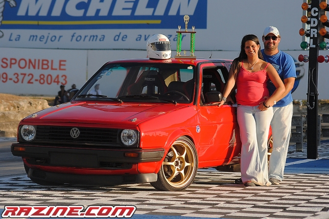 Michell Guillon, y Edgar Familia, junto al VW Golf VR6.